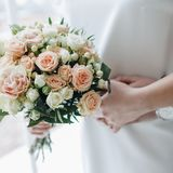Mazzo di nozze della tenuta della sposa Fotografia Stock Libera da Diritti