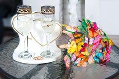 Mazzo di nozze delle farfalle e dei vetri di vino immagini stock libere da diritti
