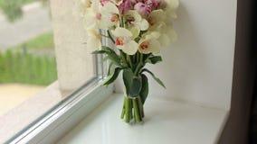 Mazzo di nozze delle orchidee sul primo piano della finestra video d archivio