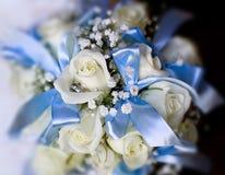 Mazzo di nozze delle rose bianche ed archi o nastri blu-chiaro Immagini Stock Libere da Diritti