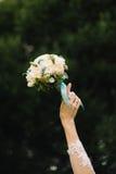 Mazzo di nozze delle rose bianche nella mano della sposa Fotografia Stock Libera da Diritti