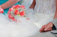 Mazzo di nozze delle rose della tenuta della sposa fotografia stock libera da diritti