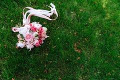 Mazzo di nozze delle rose su erba verde fotografia stock libera da diritti