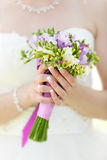 Mazzo di nozze di fiori in mani della sposa Immagine Stock