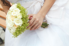 Mazzo di nozze di fiori in mani la sposa Immagine Stock