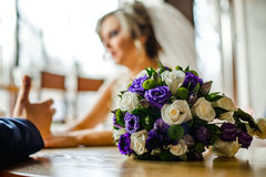 Mazzo di nozze e una sposa in un fondo Fotografie Stock Libere da Diritti