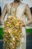 Mazzo di nozze in mani di fotografia stock libera da diritti