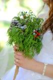 Mazzo di nozze in mani della sposa Immagini Stock Libere da Diritti