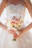 Mazzo di nozze in mani della sposa con le orchidee e le rose Immagini Stock Libere da Diritti