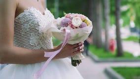 Mazzo di nozze in mani di una sposa archivi video