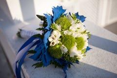 Mazzo di nozze nei colori bianchi e verdi e decorazione blu su una superficie bianca fotografie stock libere da diritti