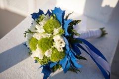 Mazzo di nozze nei colori bianchi e verdi e decorazione blu su una superficie bianca fotografie stock