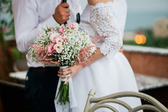 Mazzo di nozze in primo piano delle mani della sposa Fotografia Stock