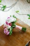 Mazzo di nozze su struttura di legno Fotografie Stock Libere da Diritti