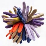Mazzo di nuovi vari guanti felted su grigio fotografie stock