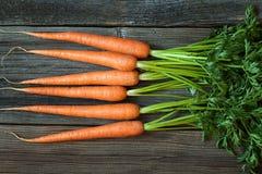 Mazzo di organico healhy del raccolto rustico delle carote immagine stock