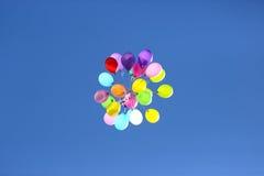 Mazzo di palloni variopinti contro il cielo blu Immagine Stock