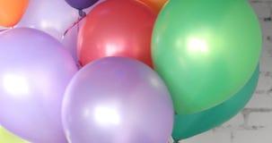 Mazzo di palloni variopinti dell'elio video d archivio
