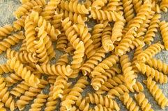 Mazzo di pasta colorata dorata sprial dei maccheroni Fotografie Stock Libere da Diritti