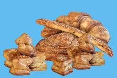 Mazzo di pasticceria del croissant del soffio isolata su fondo blu Fotografia Stock Libera da Diritti