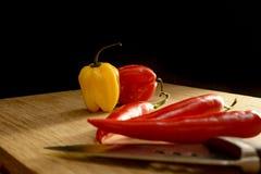 Mazzo di peperoncini rossi su un tagliere Fotografie Stock