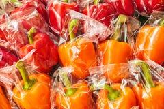 Mazzo di peperoni dolci avvolti plastica Fotografia Stock