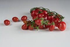 Mazzo di pomodori di ciliegia fotografia stock libera da diritti
