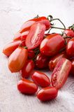 Mazzo di pomodori maturi di San Marzano fotografie stock libere da diritti