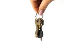 Mazzo di primo piano disponibile di chiavi isolato su fondo bianco immagine stock