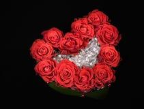 Mazzo di rosa della decorazione di giorno del biglietto di S. Valentino sul nero immagine stock libera da diritti