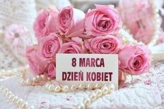 Mazzo di rose rosa con la cartolina d'auguri per il giorno delle donne in Polonia Immagini Stock Libere da Diritti