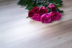 Mazzo di rose su sureface di legno con spazio per testo fotografia stock libera da diritti