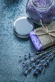 Mazzo di sal di cristallo aromatico secco del bagno del sapone fatto a mano della lavanda Fotografia Stock