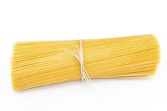 Mazzo di spaghetti isolato su bianco Fotografia Stock