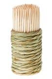 Mazzo di toothpick di legno nel supporto rotondo della paglia fotografie stock libere da diritti