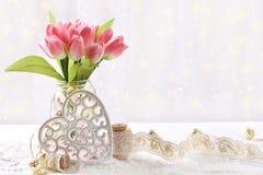 Mazzo di tulipani dentellare in vaso immagini stock