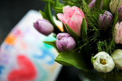 Mazzo di tulipani e di disegno per la mummia sui precedenti Fotografia Stock