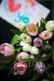 Mazzo di tulipani e di disegno per la mummia sui precedenti Immagini Stock
