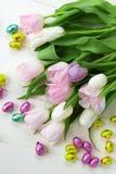 Mazzo di tulipani e di uova di Pasqua del cioccolato Fotografia Stock Libera da Diritti