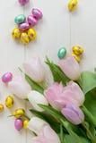 Mazzo di tulipani e di uova di Pasqua del cioccolato Fotografie Stock