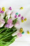 Mazzo di tulipani e di uova di Pasqua del cioccolato Immagine Stock Libera da Diritti