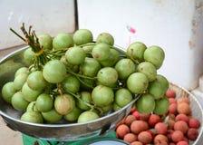 Mazzo di uva birmana al mercato nel delta del Mekong Fotografie Stock