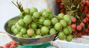 Mazzo di uva birmana al mercato nel delta del Mekong Immagini Stock Libere da Diritti