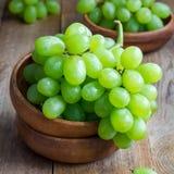 Mazzo di uva matura verde in ciotola di legno, quadrato Fotografie Stock