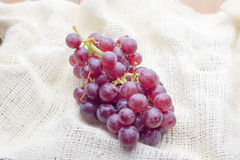 Mazzo di uva su tessuto bianco Fotografia Stock Libera da Diritti