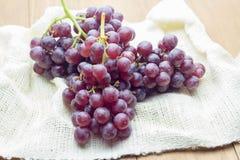Mazzo di uva su tessuto bianco immagine stock libera da diritti