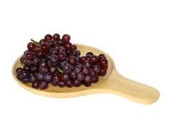 Mazzo di uva in un vassoio di legno: isolato su bianco Fotografia Stock Libera da Diritti