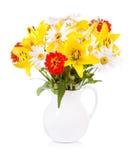 Mazzo di vari fiori in un barattolo immagine stock