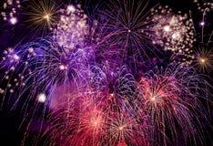 Mazzo di varia ed esposizione variopinta dei fuochi d'artificio Fotografie Stock