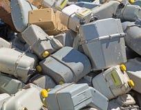 Mazzo di vecchi contatori del gas in un contaneir del materiale di riporto Immagini Stock